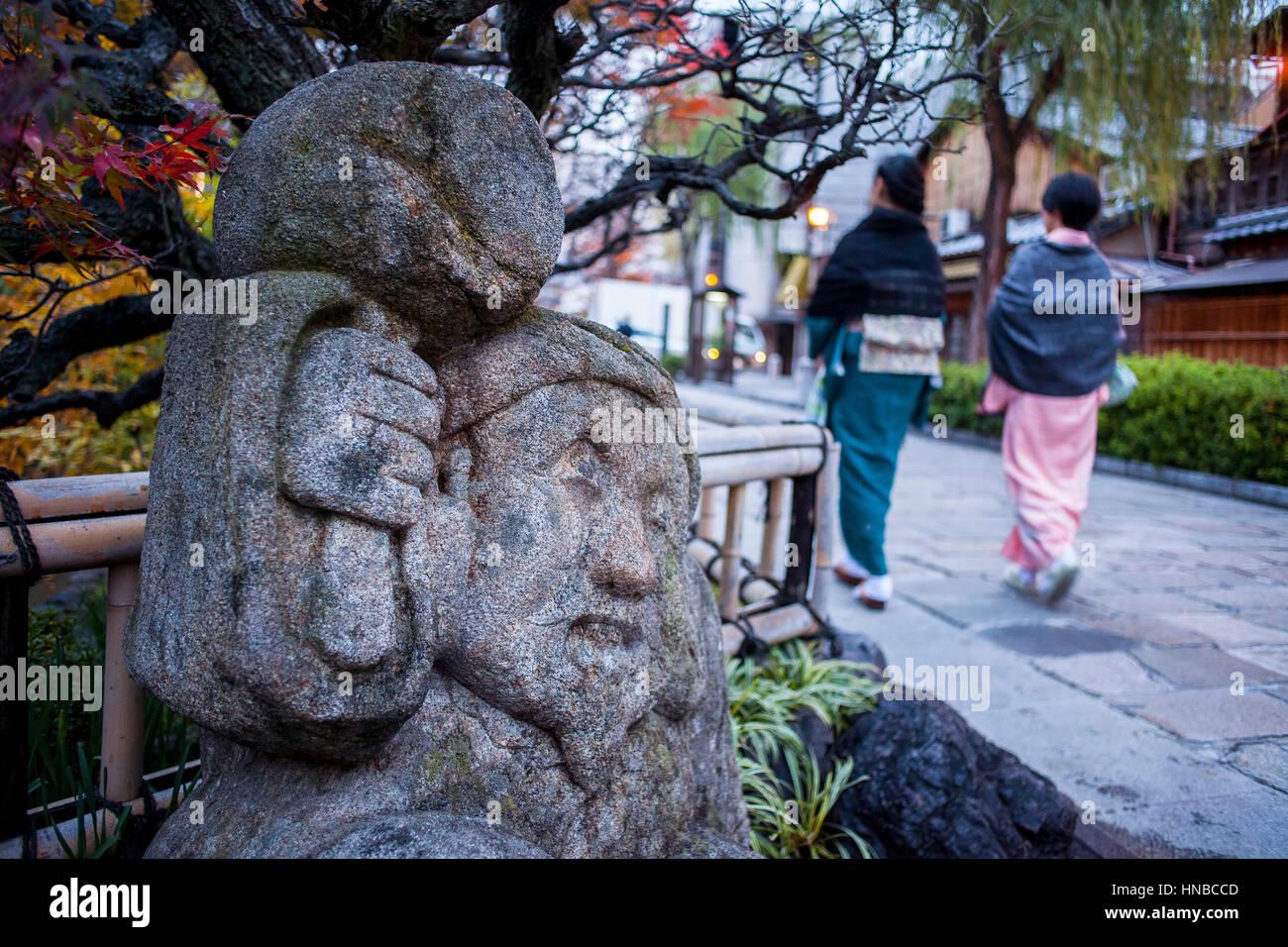 Sculpture, in Shirakawa-minami-dori, Gion district, Kyoto. Kansai, Japan. - Stock Image