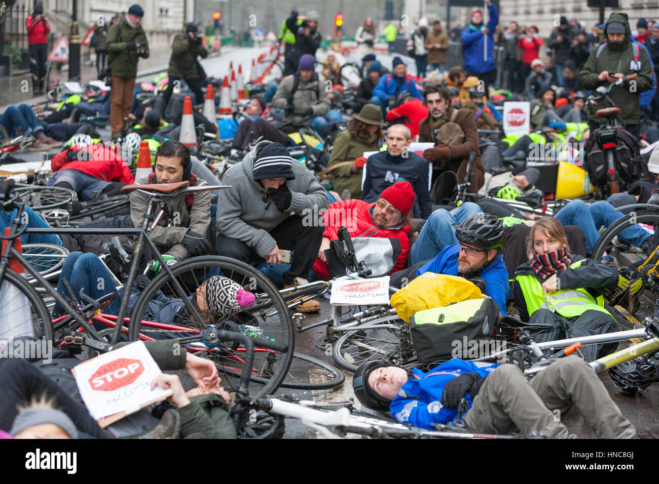 London, UK. 11th February 2017.  As air pollution kills thousands every year, hundreds of cyclists set out from Stock Photo