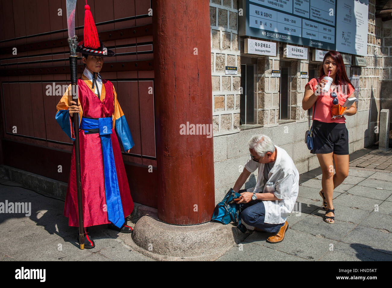 Ceremonial guards and tourists at gate of  Deoksugung Palace, Seoul, South Korea - Stock Image