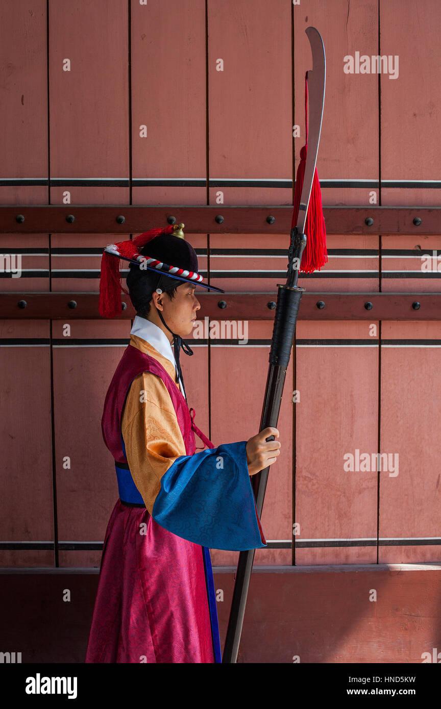 Ceremonial guard at gate of  Deoksugung Palace, Seoul, South Korea - Stock Image