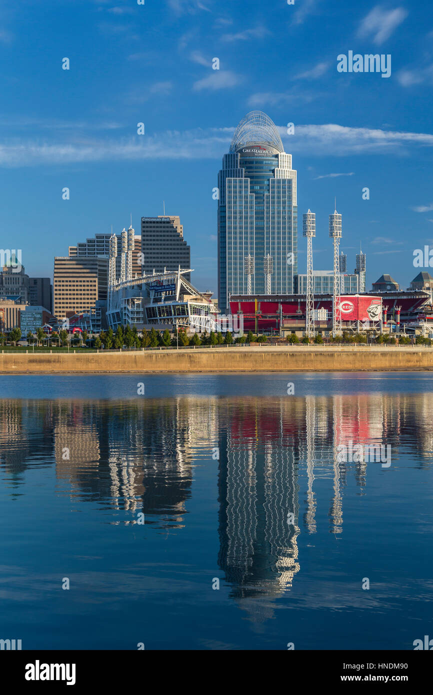The city skyline and reflections in the Ohio River of Cincinnati, Ohio, USA. - Stock Image