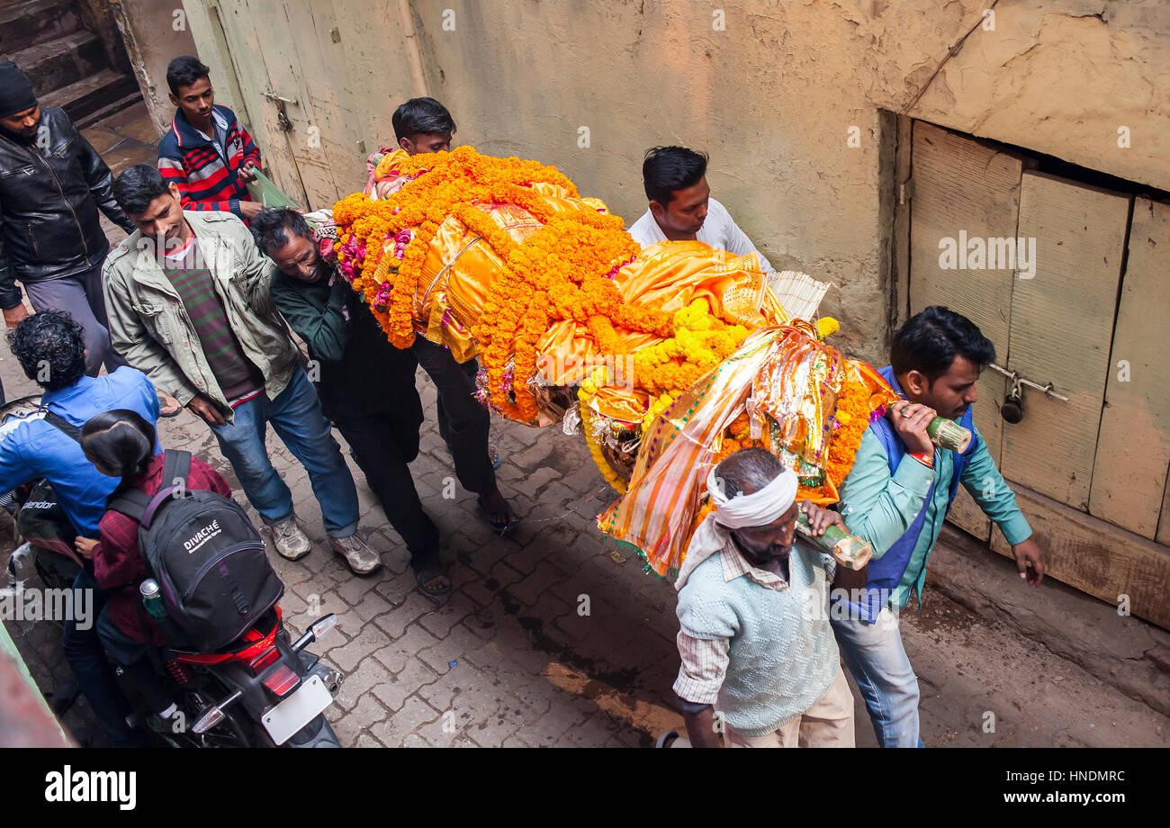 Deceased, People carry a body, to burn, going to Manikarnika Ghat, the burning ghat, Varanasi, Uttar Pradesh, India. - Stock Image