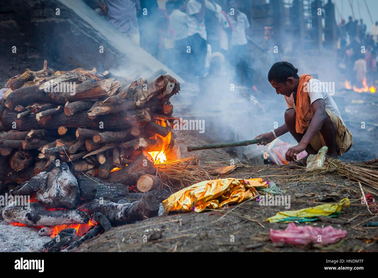 Cremation of a body, in Manikarnika Ghat, the burning ghat, on the banks of Ganges river, Varanasi, Uttar Pradesh, - Stock Image