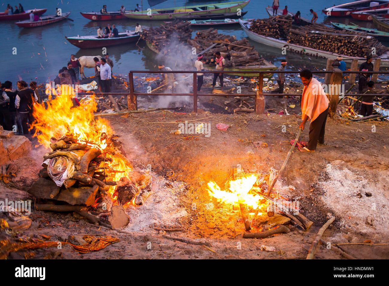 Cremation of bodies, in Manikarnika Ghat, the burning ghat, on the banks of Ganges river, Varanasi, Uttar Pradesh, - Stock Image