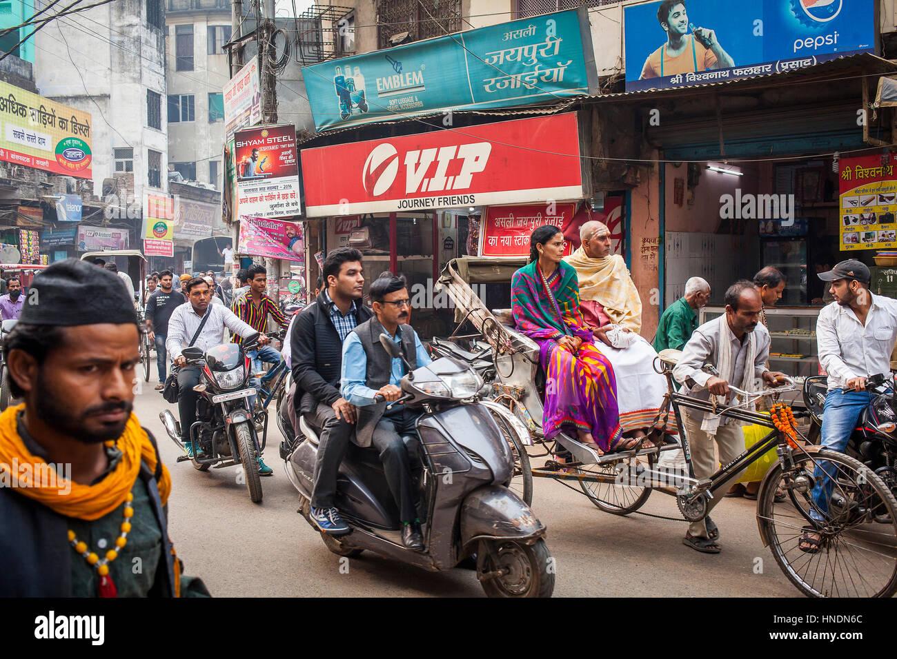 Traffic jam, Godowlia Road, downtown, Varanasi, Uttar Pradesh, India. - Stock Image