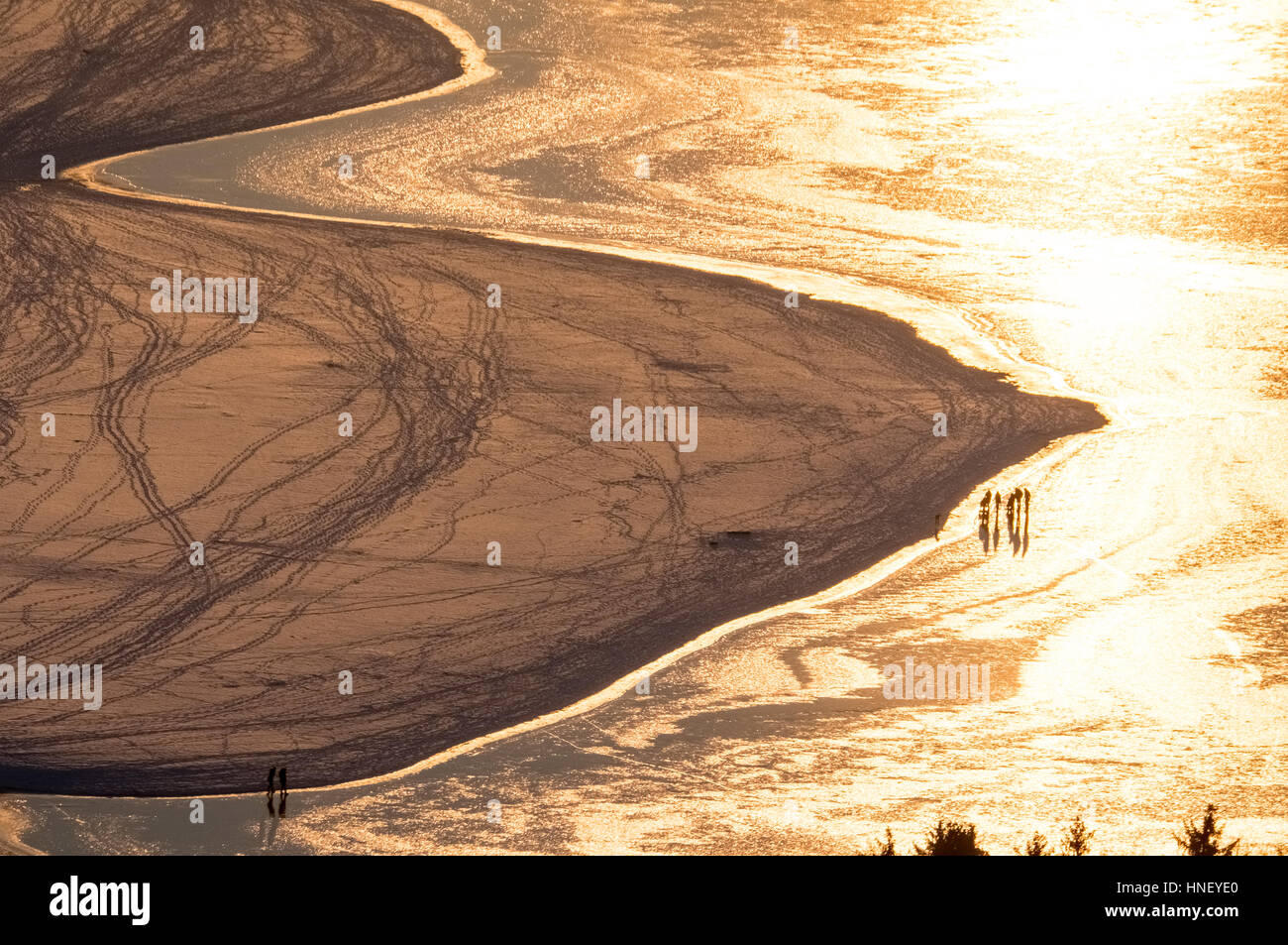 Golden evening mood, sandbar with ice on the southern shore, winter weather, low water at Möhnesee, Sauerland - Stock Image