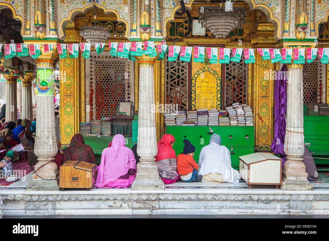 Praying, in Hazrat Nizamuddin Dargah, Delhi, India - Stock Image