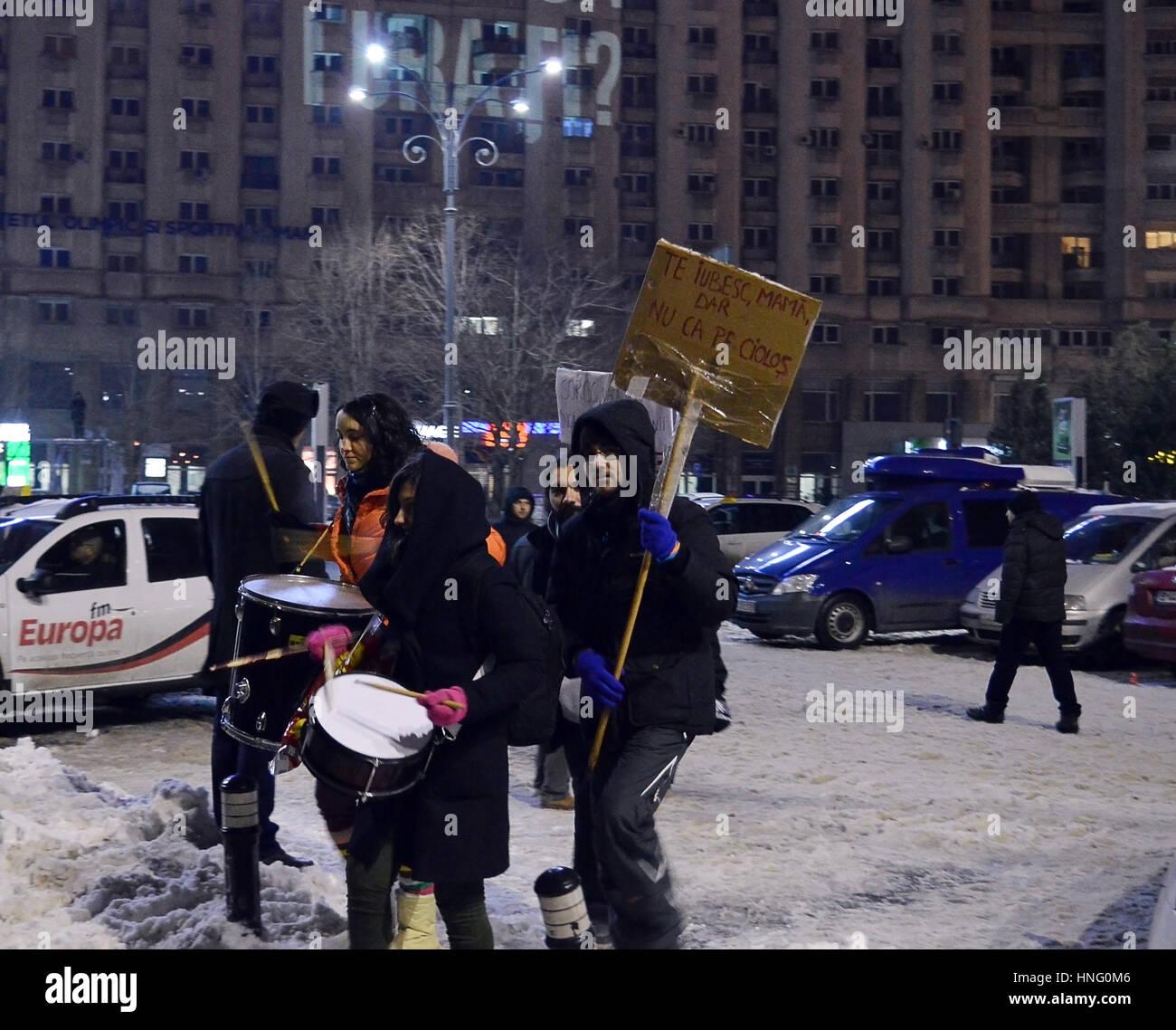 Bucharest, Romania. 12th February 2017. Despite temperatures of -7C, 70,000 protesters in Piata Victoriei (Victory - Stock Image