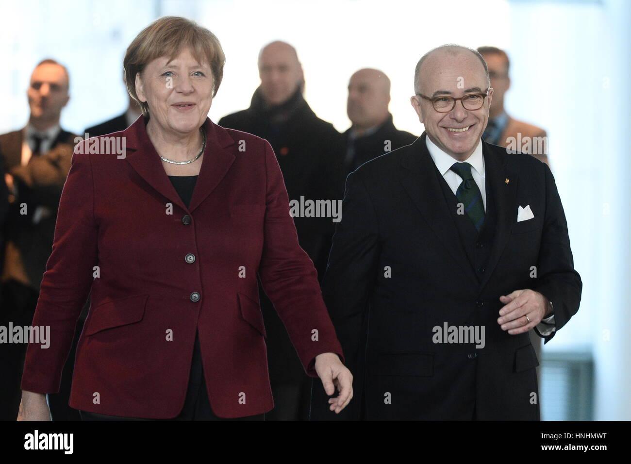 Bundeskanzlerin Angela Merkel (r) und der französische Premierminister Bernard Cazeneuve kommen am 13.02.2017 - Stock Image