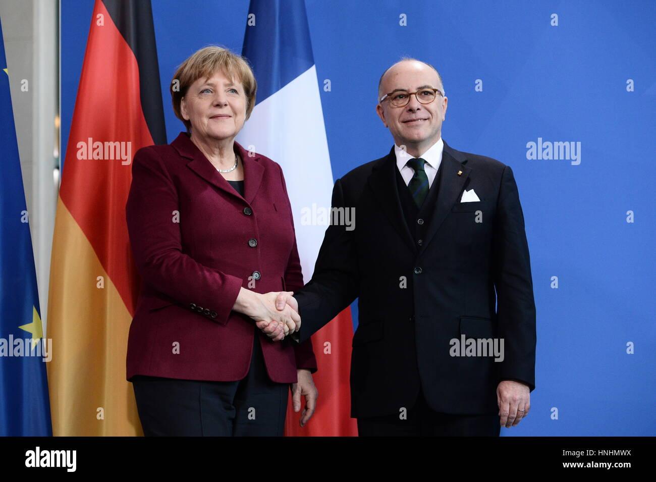 Bundeskanzlerin Angela Merkel (l) und der französische Premierminister Bernard Cazeneuve reichen sich am 13.02.2017 - Stock Image