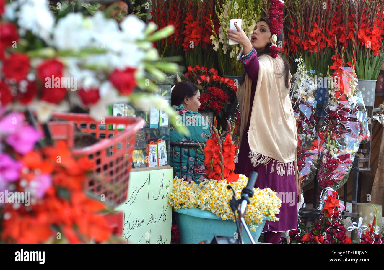 Lahore Pakistan 13th Feb 2017 Vendors Selling Valentines Gift On