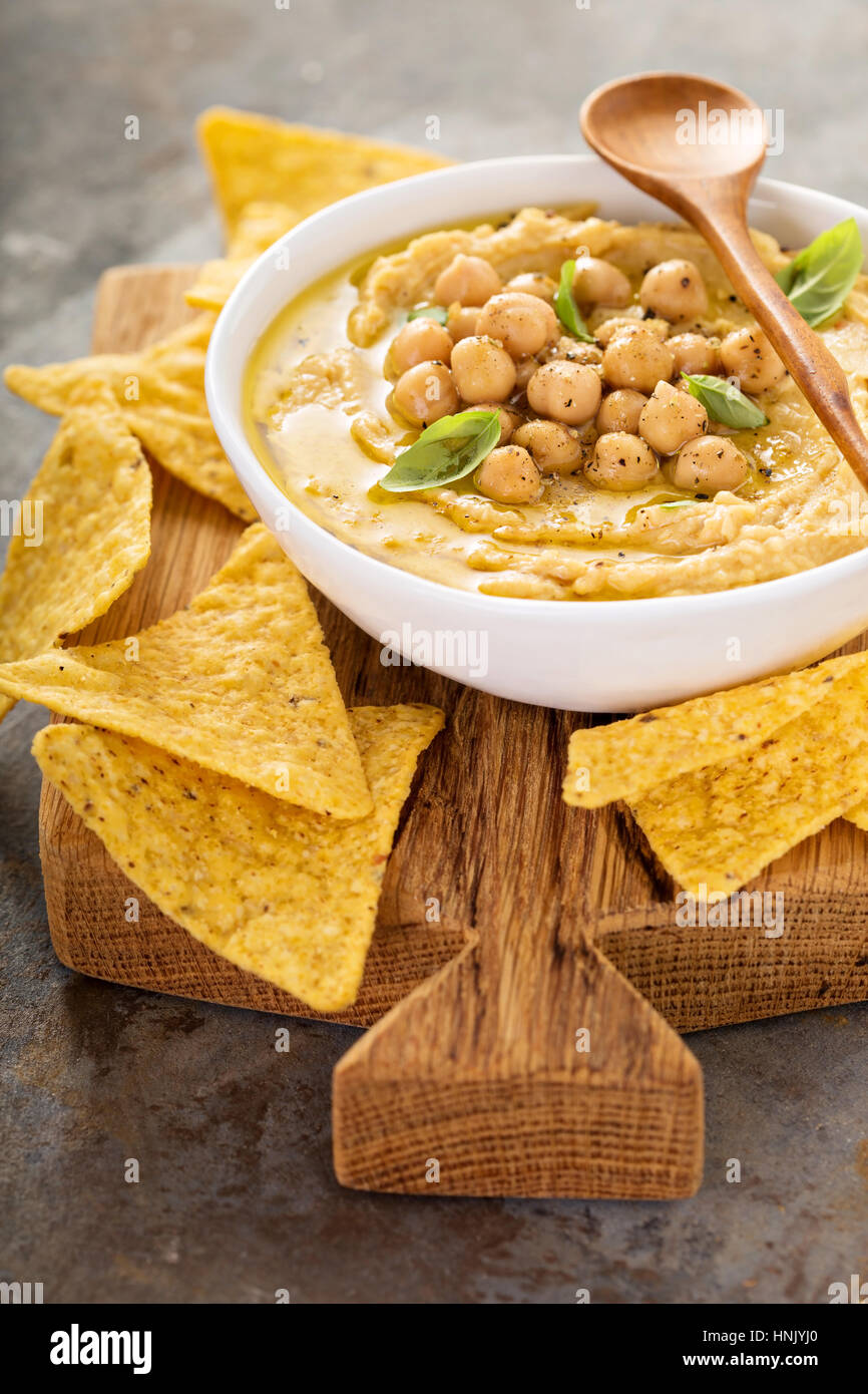 Homemade hummus with tortilla chips, small appetizers - Stock Image