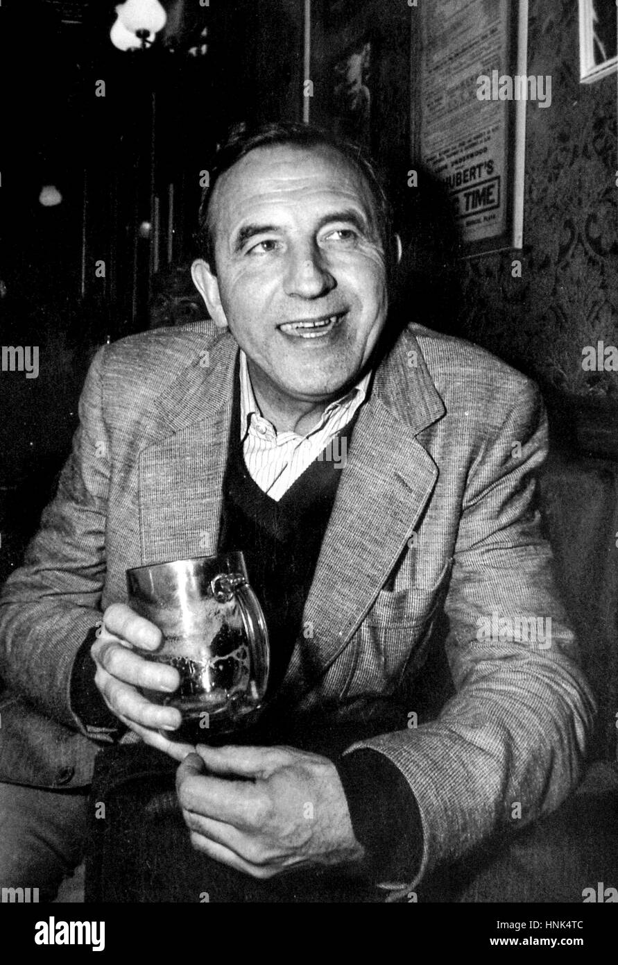 Actor Leonard Rossiter enjoys a drink in the bar next to the Theatre Royal Brighton  Early 1980's (possibly - Stock Image