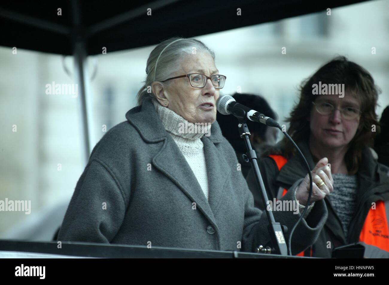 Vanessa Redgrave Gives speech at the Refugees Welcome demo in London Stock Photo