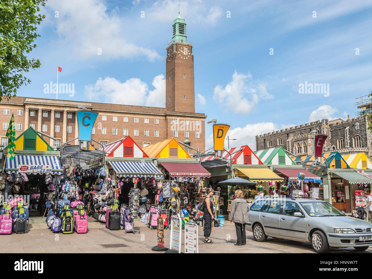 Marketstalls at the Market Square of Norwich with the City Hall in the background, Norfolk, England, UK. |   Der - Stock Image