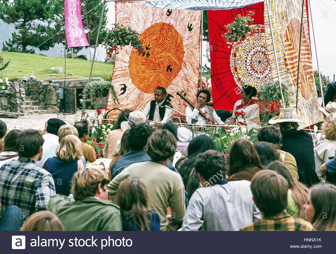 Pandit Ravi Shankar tunes tamboura for accompanist, Kamala Chakravarty, as tabla maestro Ustad Alla Rakha waits Stock Photo