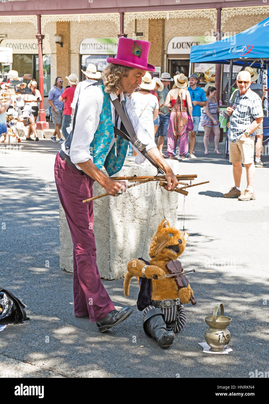 Puppeteer Busker with Cat and Fiddle at Tamworth NSW 2017 Country Music Festival - Stock Image