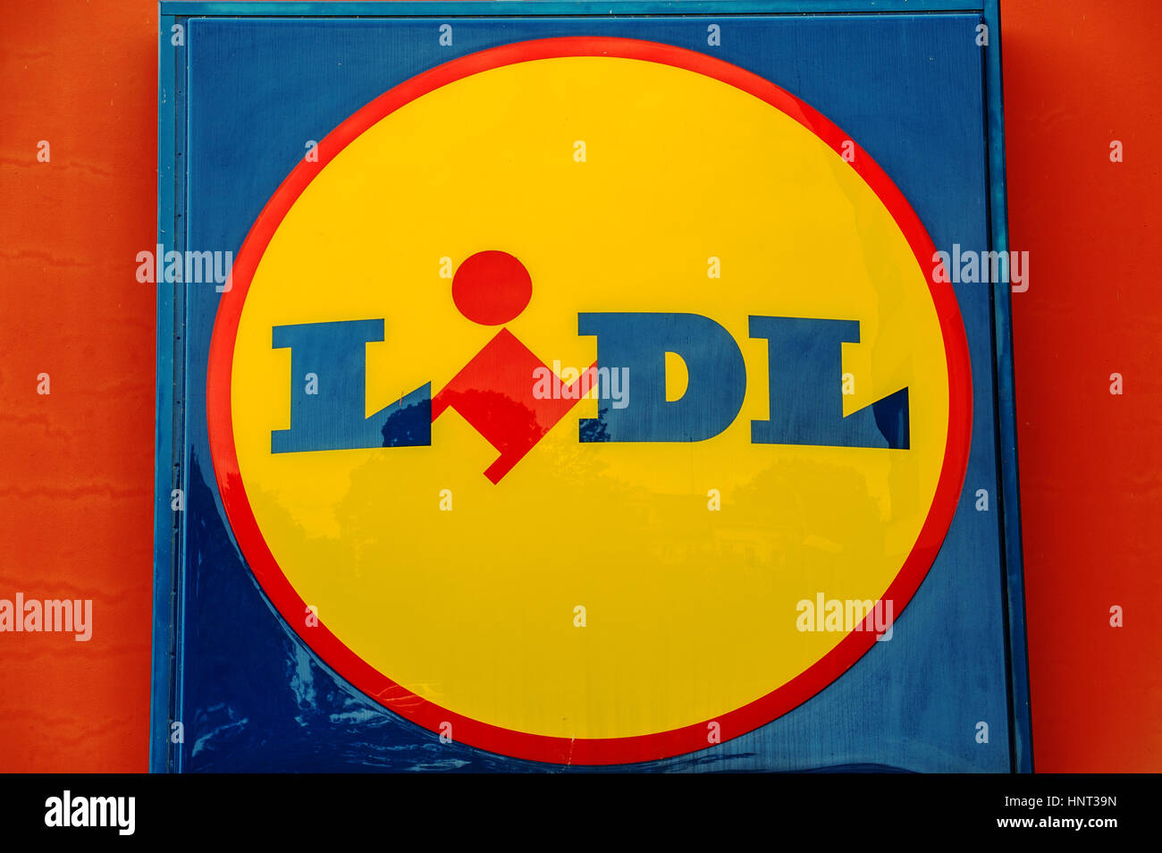 A sign reading 'Lidl' stands inBerlin, Germany, 16 June 2016. Photo: Paul Zinken/dpa   usage worldwide - Stock Image