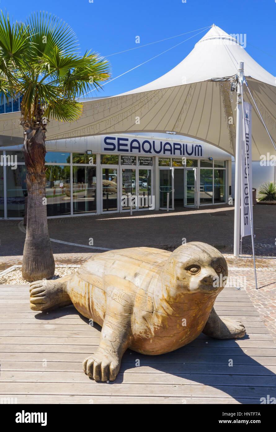 Wooden seal sculpture outside the Seaquarium entrance in Le Grau-du-Roi, Gard, France Stock Photo