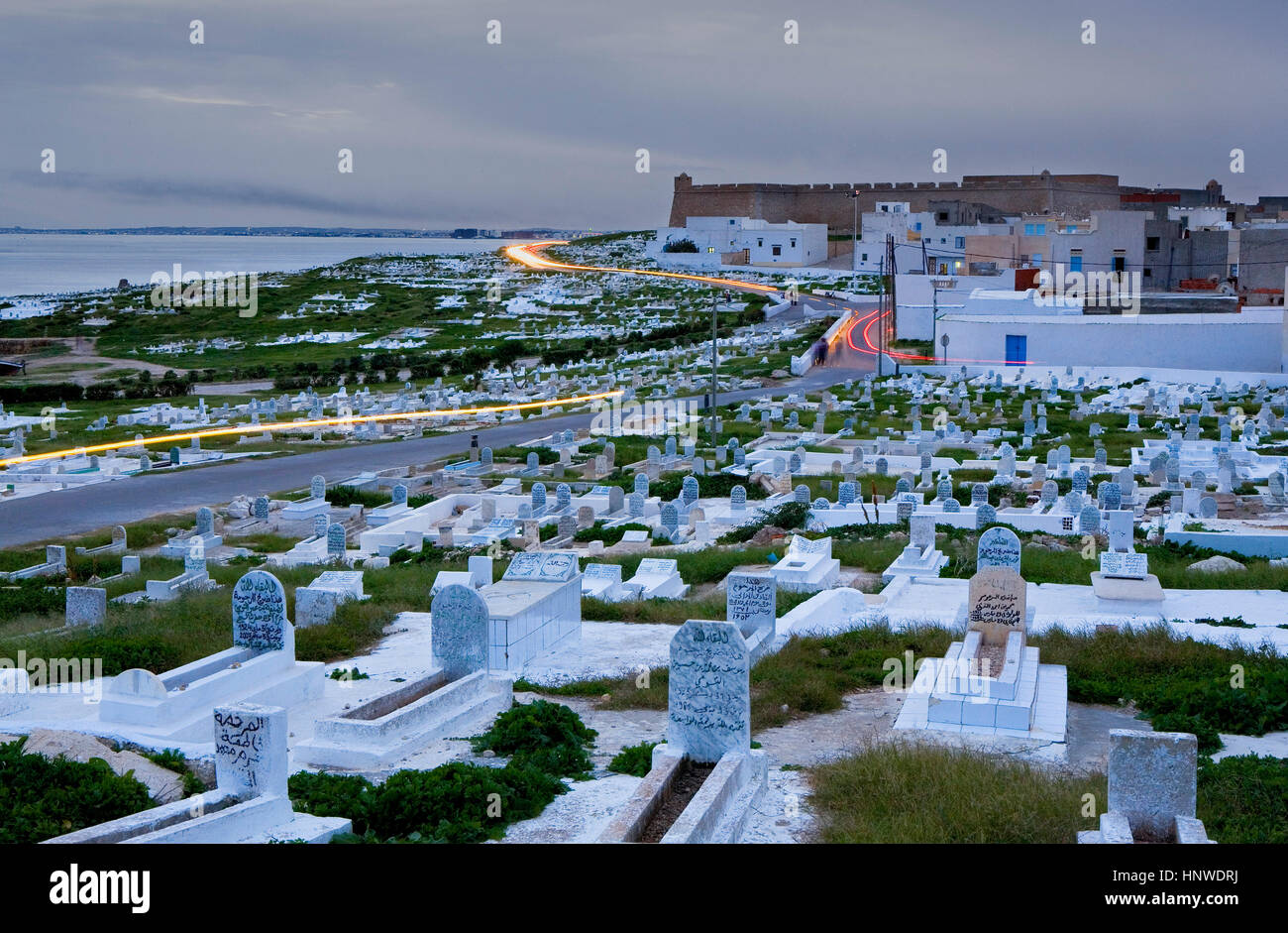 Tunez: Mahdia.Cemetery and castle Bordj el Kebir - Stock Image