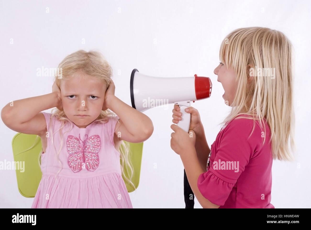 Model release, Maedchen schreien sich mit Megaphon an - screaming with megaphon Stock Photo