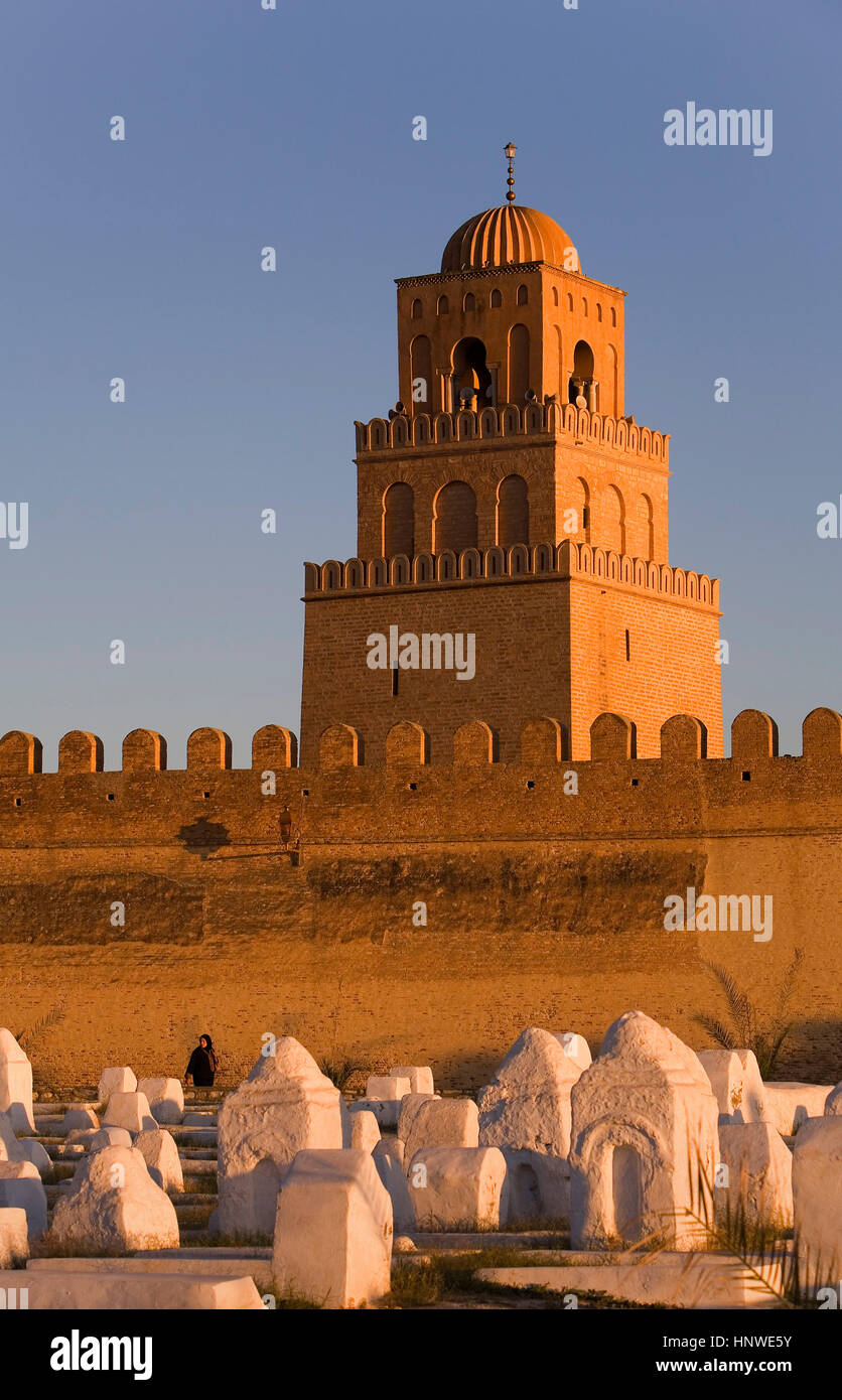Tunez: Kairouan.Cemetery, ramparts of the medina and minaret of the Great Mosque. Mosquee founded by Sidi Uqba in - Stock Image