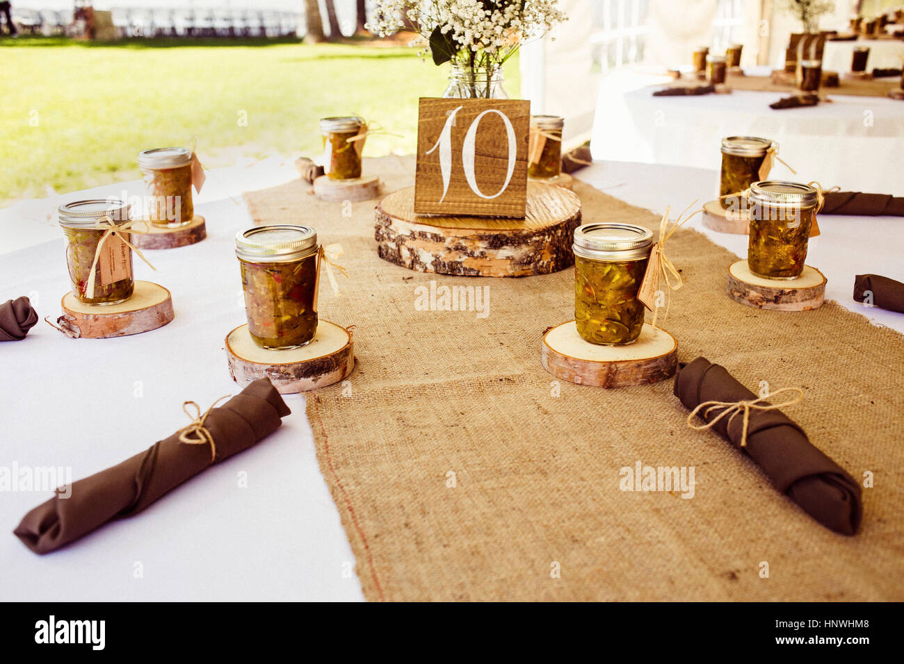 Wedding table with rustic place settings, outdoors - Stock Image