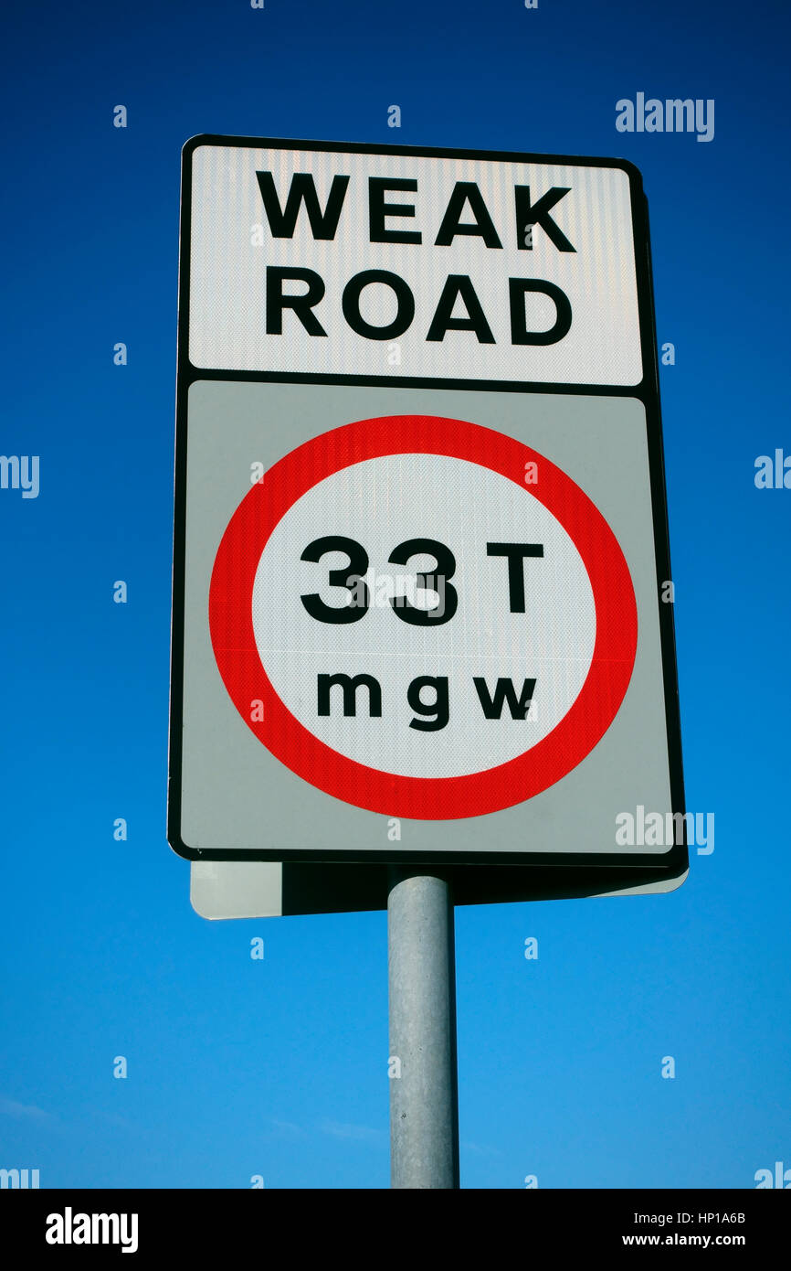Weak road sign showing maximum gross weight of 33 tons - Stock Image