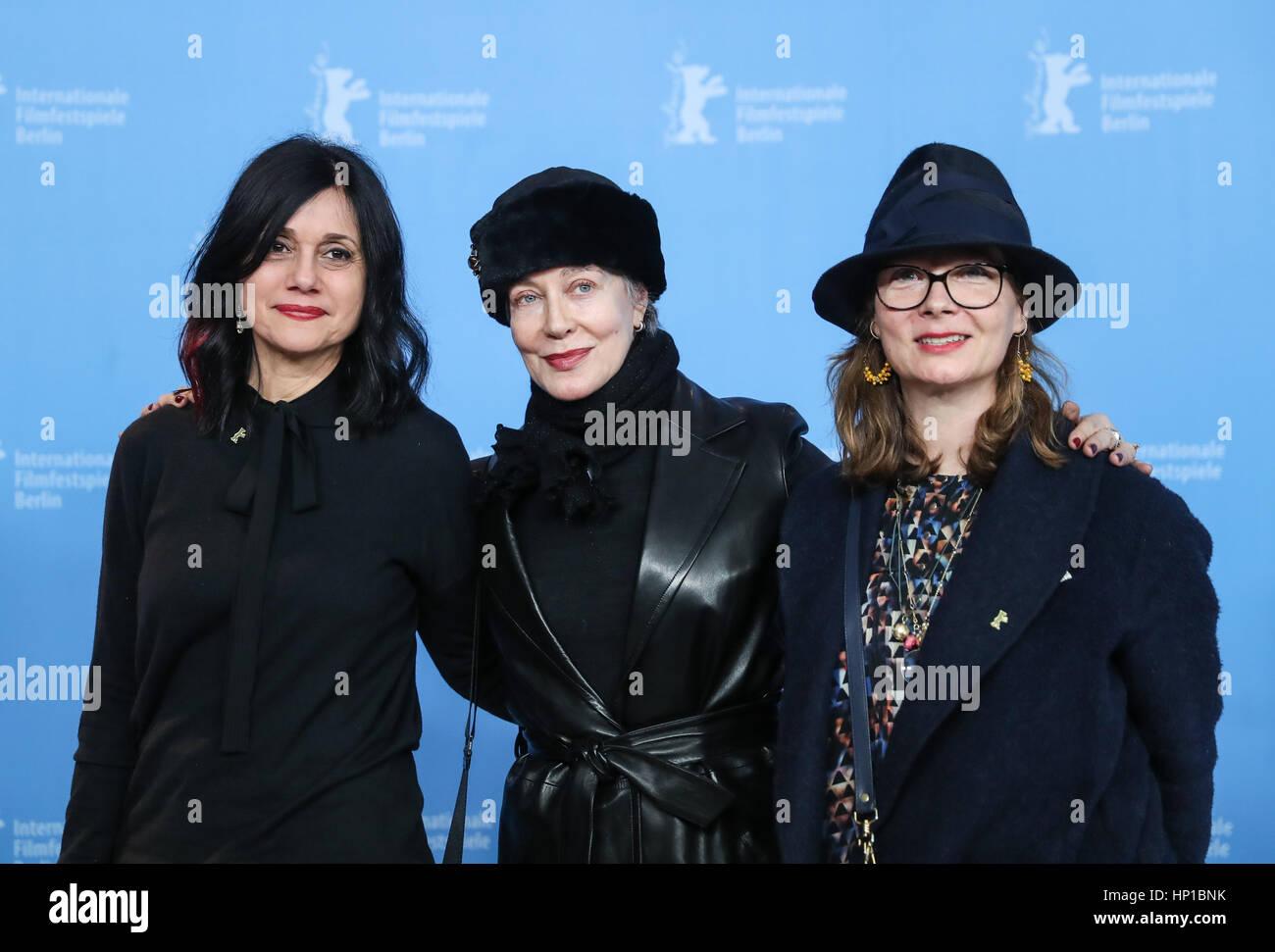 Berlin, Germany. 16th Feb, 2017. Italian film costume designer Milena Canonero (C) attends a photocall during the - Stock Image
