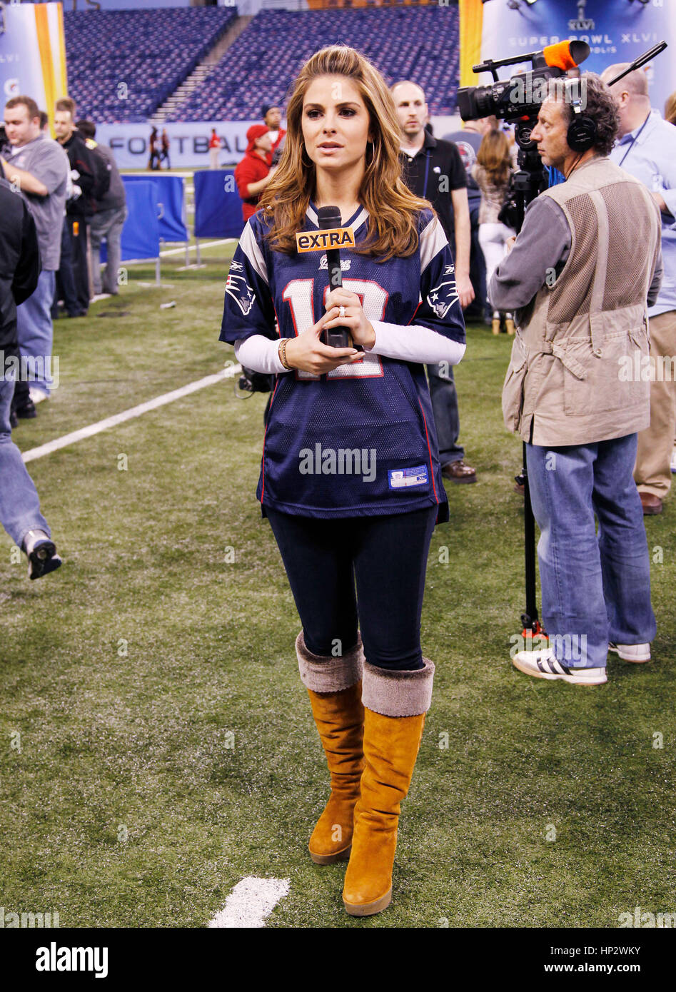 reputable site 75b77 12514 Maria Menounos wears her New England Patriots jersey at the ...