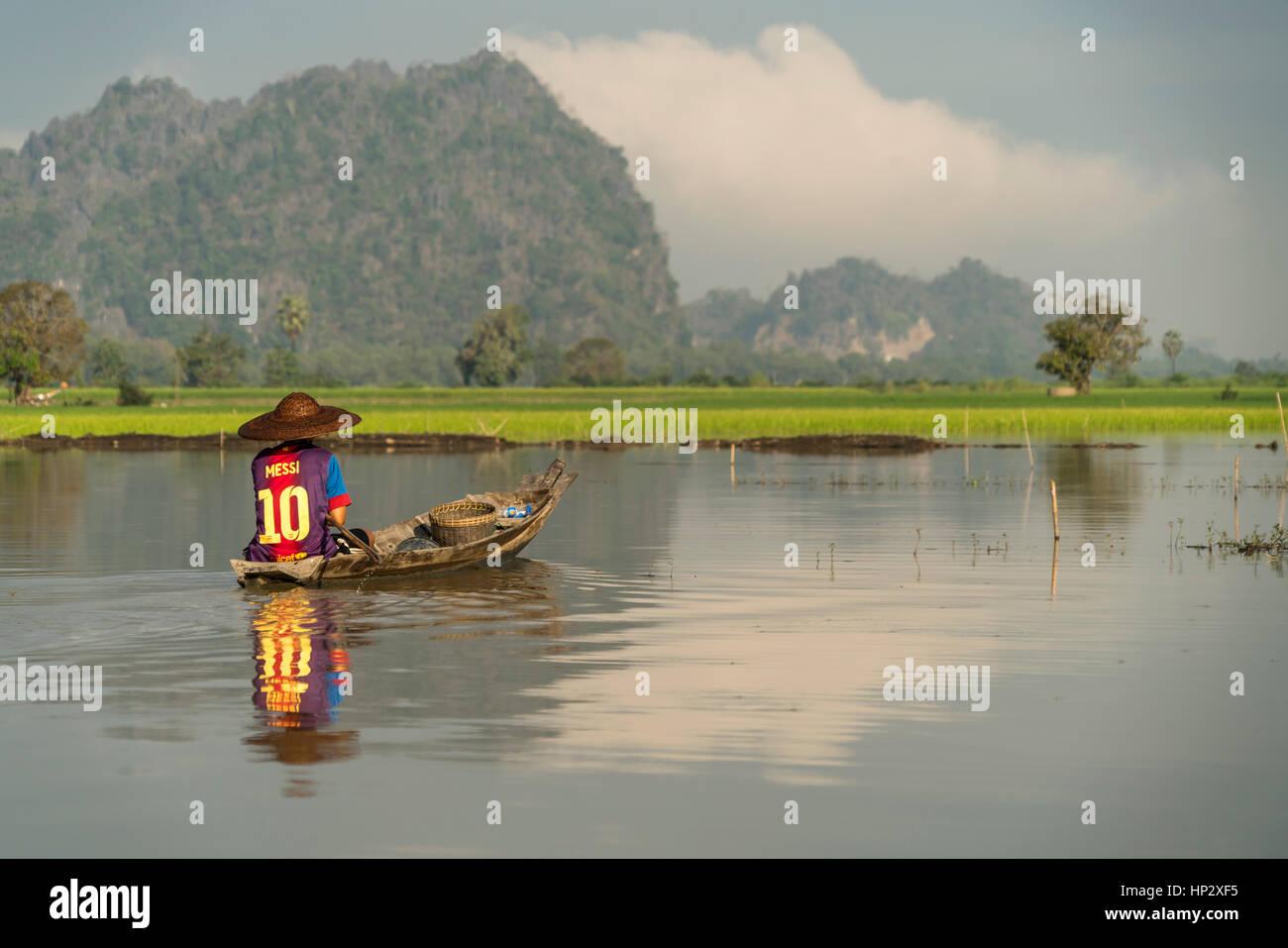 Fischer mit Boot on der Karstlandschaft bei Hpa-an, Myanmar, Asien  |  fisherman and his boat crossing the karst - Stock Image