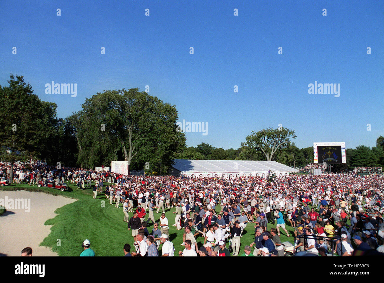 CROWD SURGE ON TO 18TH FAIRWAY RYDER CUP BROOKLINE CC USA 26 September 1999 - Stock Image
