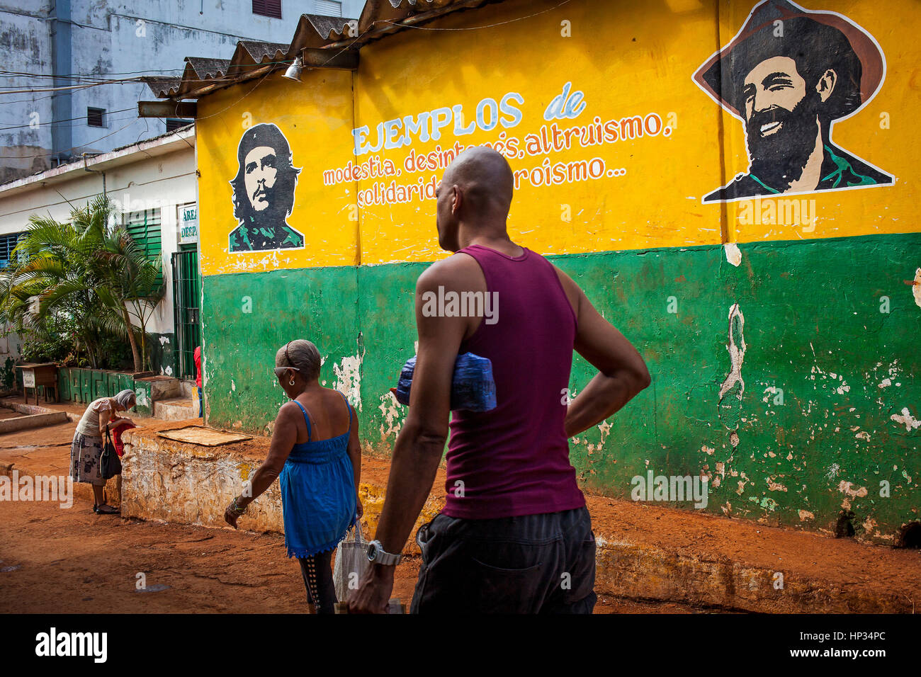 Political propaganda. Faces of Cienfuegos y Che, painted on a street wall,Habana Vieja, La Habana, Cuba - Stock Image