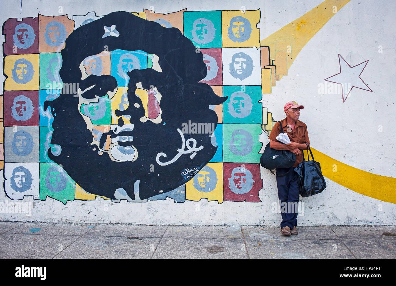 peanut vendor `manisero´ and Political propaganda,face of Che Guevara, painted on a street wall, La Habana, - Stock Image