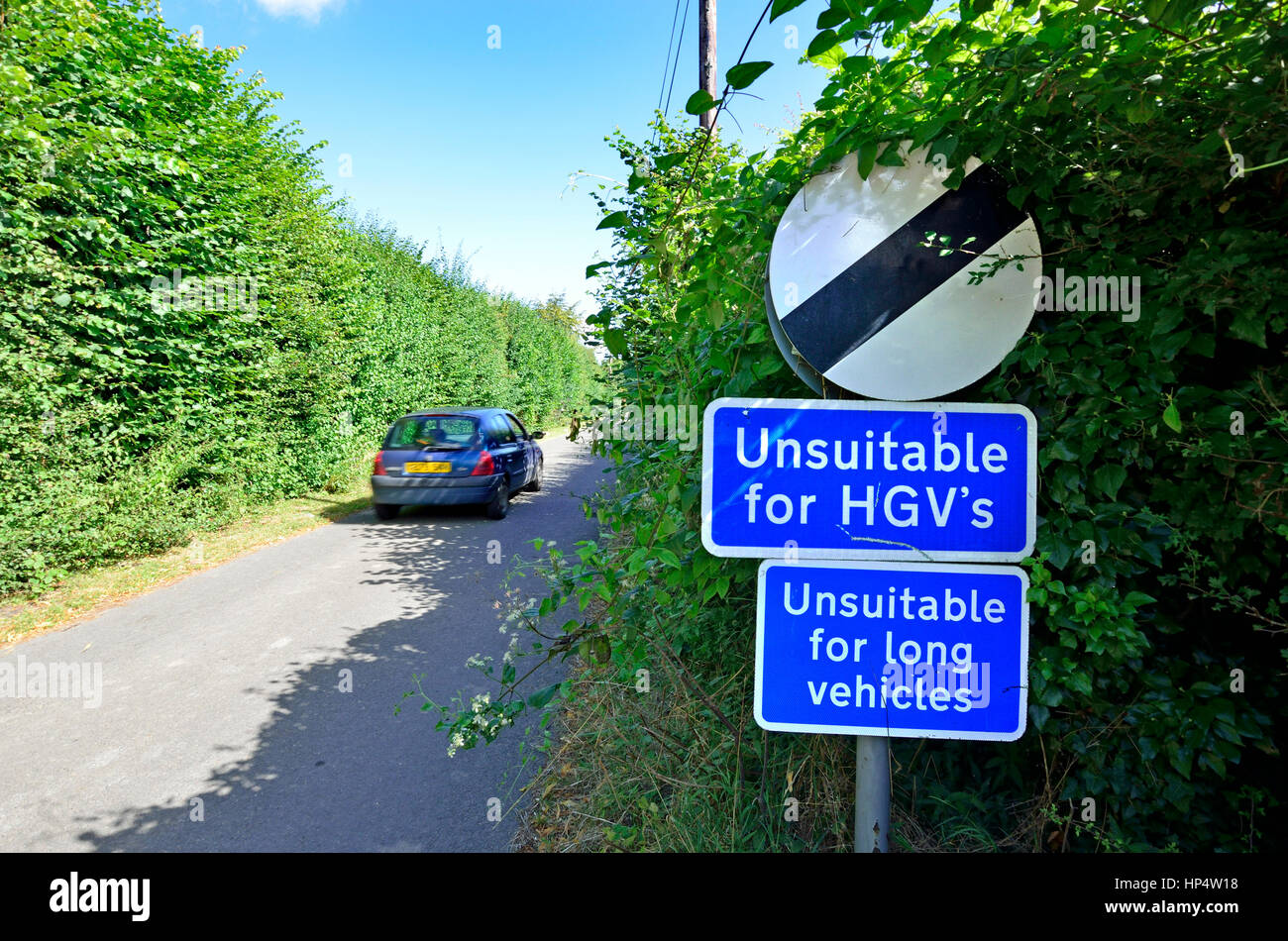 Unsuitable for Heavy Goods Vehicles sign in a small country lane in Kent, England. - Stock Image