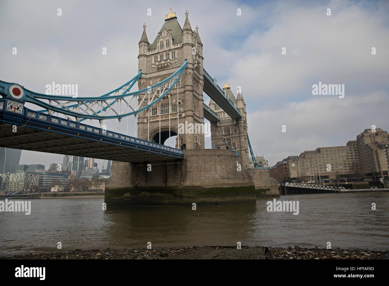London, UK. 18th February 2017. Blue skies over London. © Keith Larby/Alamy Live News Stock Photo