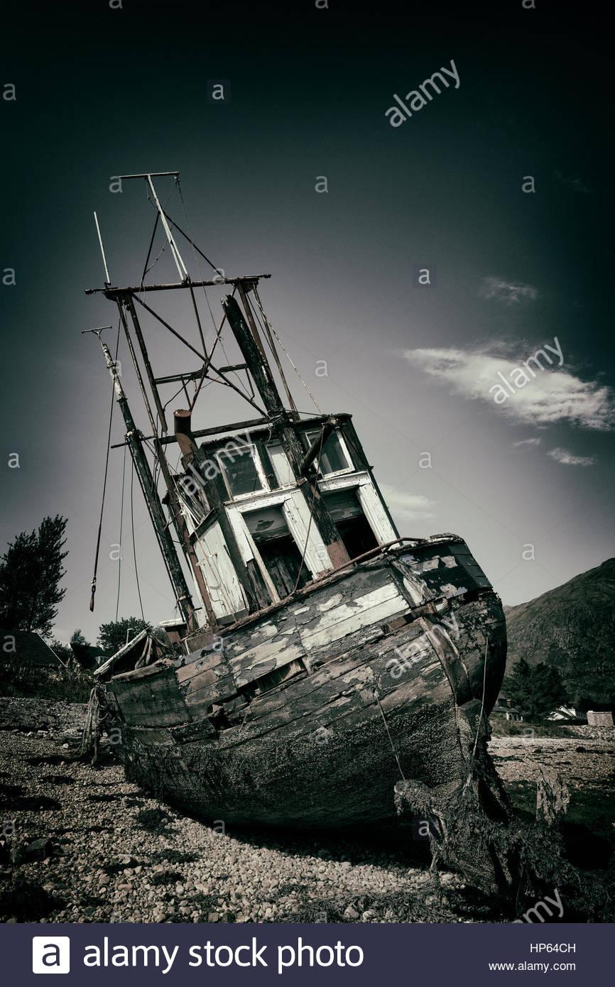 Shipwreck fishing boat wheelhouse stern aground - Stock Image
