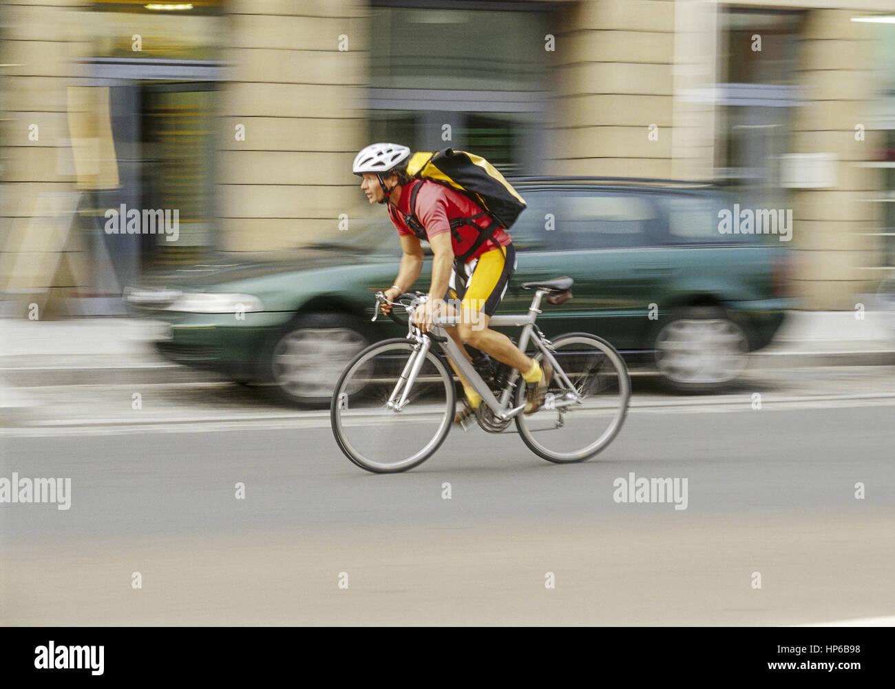 Fahrradkurier in Fahrt, Bewegung (model-released) Stock Photo