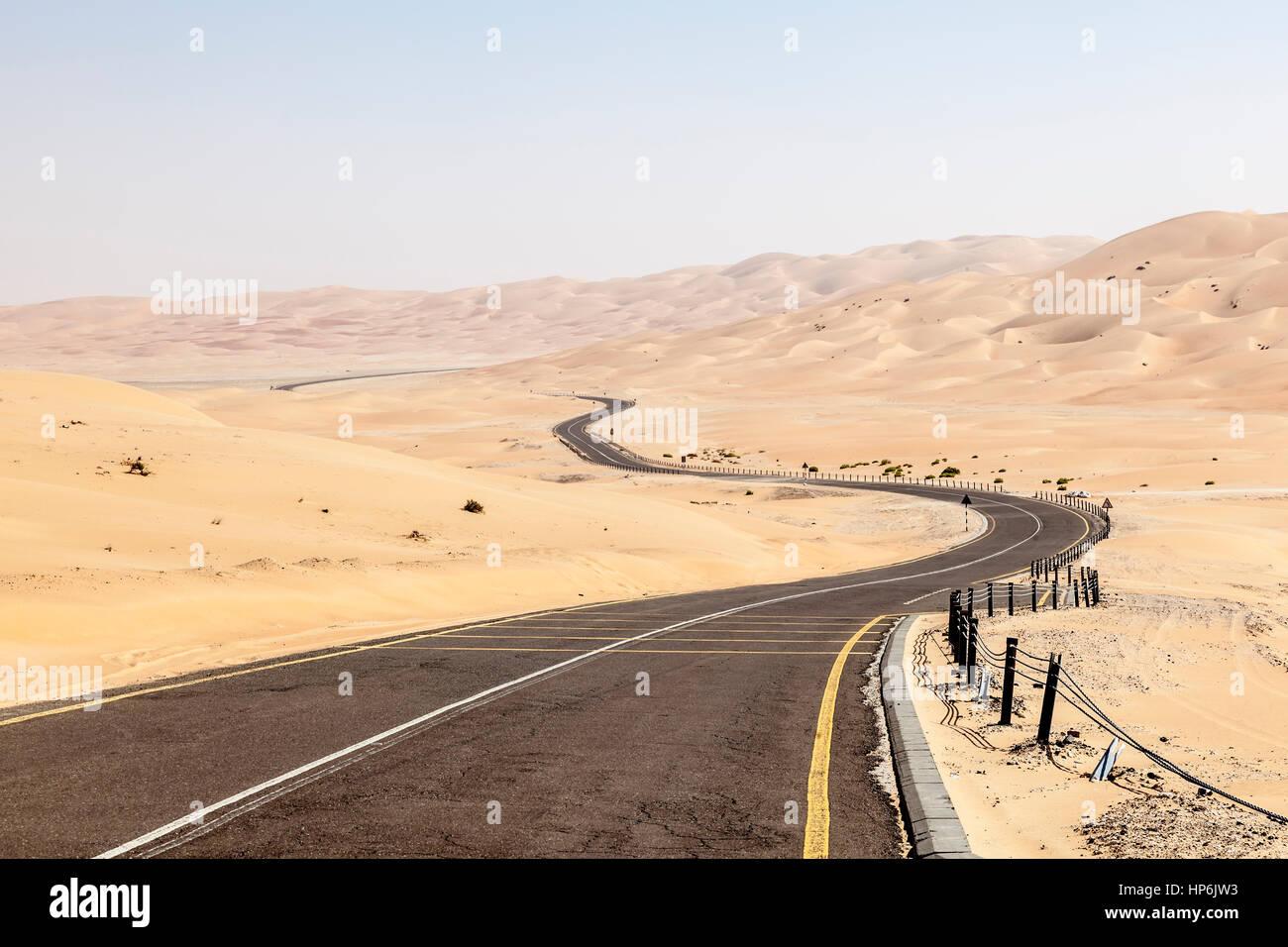Desert road to the Moreeb Dune in Liwa Oasis area. Emirate of Abu Dhabi, United Arab Emirates - Stock Image