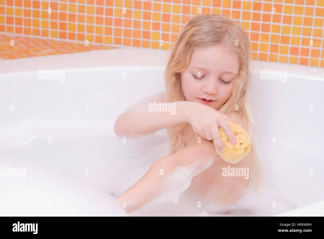 Model released , Maedchen, 7 Jahre, in der Badewanne
