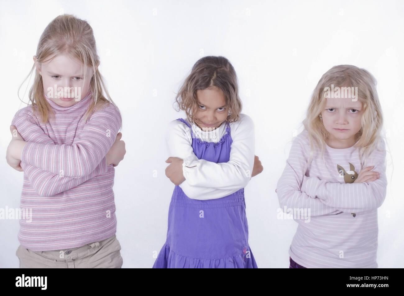 Model released, Drei Maedchen, 6 bis 7, mit verschraenkten Armen - three girls with folded arms Stock Photo