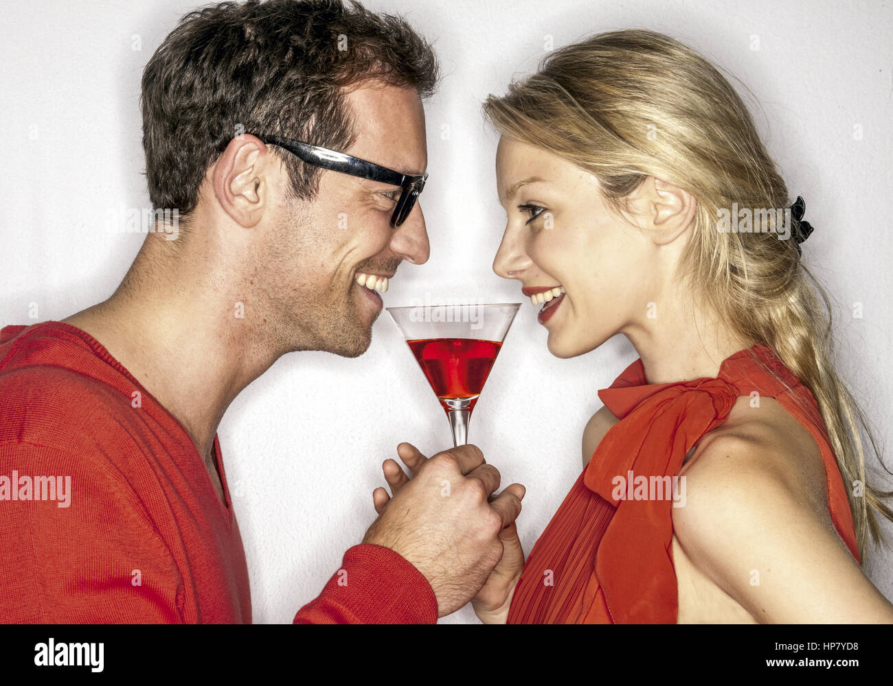 Paar mit Cocktailglas (model-released) - Stock Image