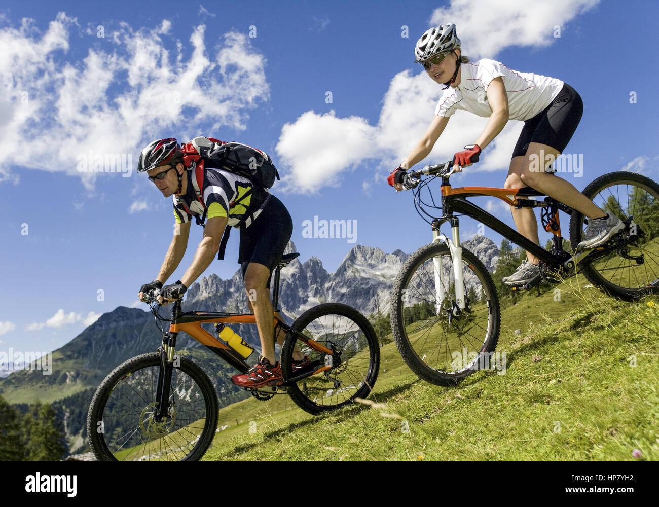 Paerchen mit Mountainbike im Gebirge (model-released) - Stock Image