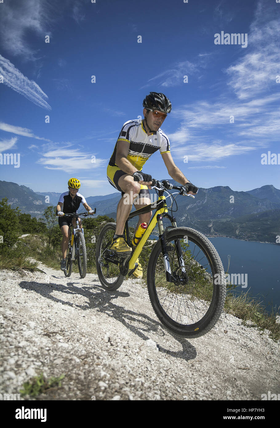 Mountainbiker im Gebirge (model-released) - Stock Image