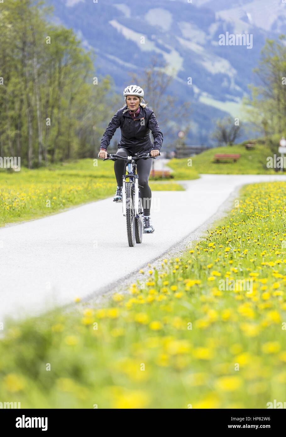 Frau beim Fahrrad fahren (model-released) Stock Photo