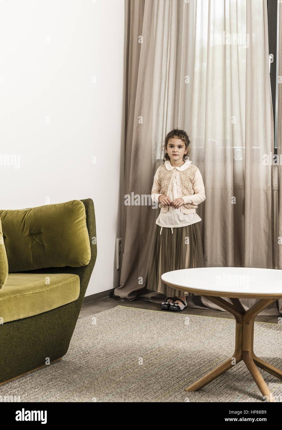 Maedchen steht alleine in einem Zimmer (model-released) - Stock Image
