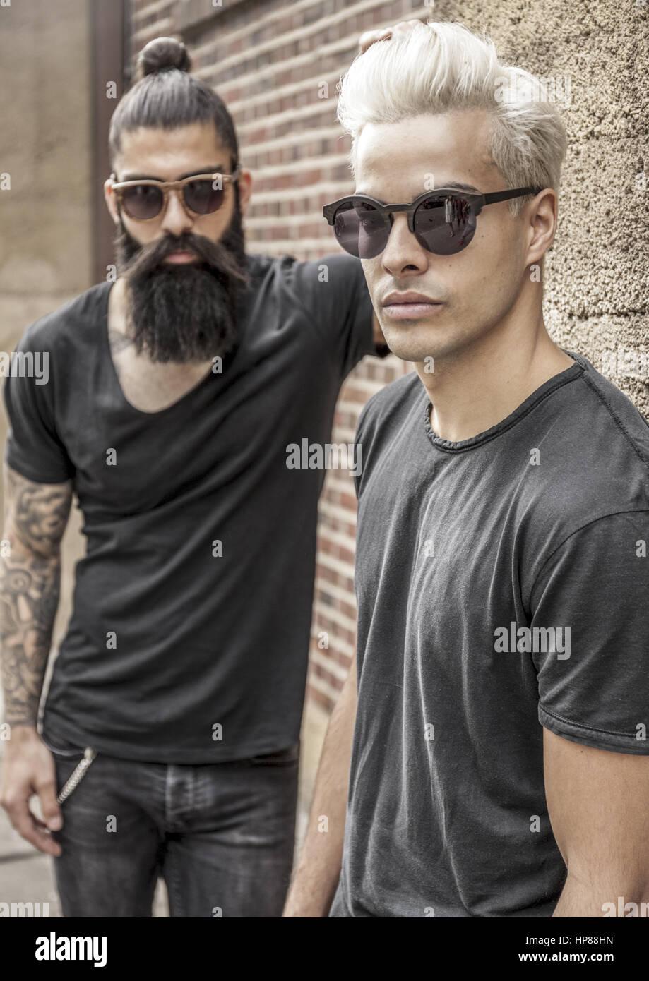 size 40 93a82 4cff1 Zwei laessige junge Maenner in schwarzer Kleidung, Hipster ...