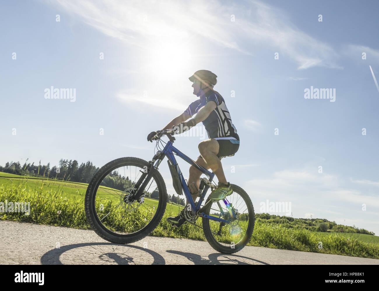 Mann faehrt auf einem Mountainbike (model-released) - Stock Image