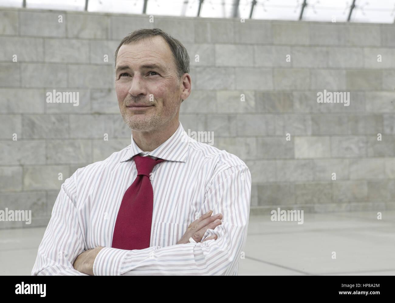 Mann, verschraenkte Arme, Halbportraet (model-released) Stock Photo