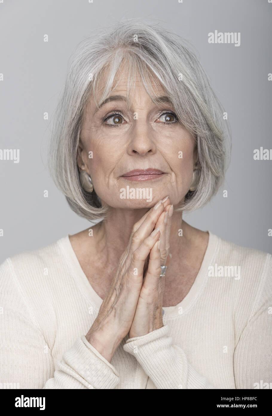 Aeltere Frau mit grauen Haaren, Portraet (model-released
